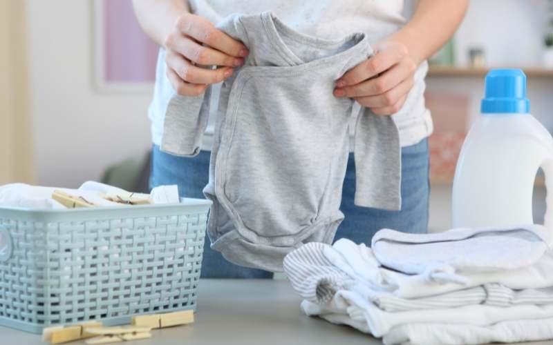 Come lavare i vestiti dei neonati?
